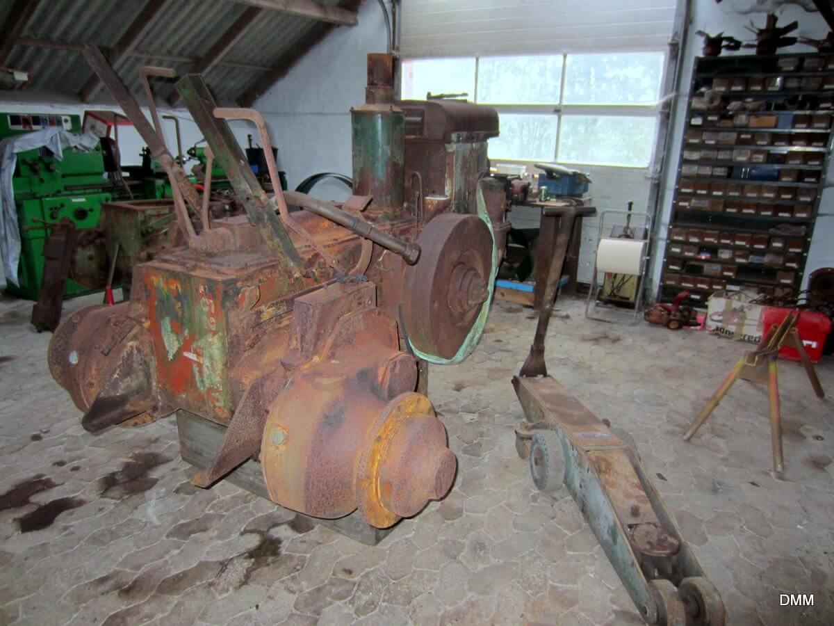 De to Fowler traktorer er flyttet ind i garagen. Det giver ly for regn og blæst.