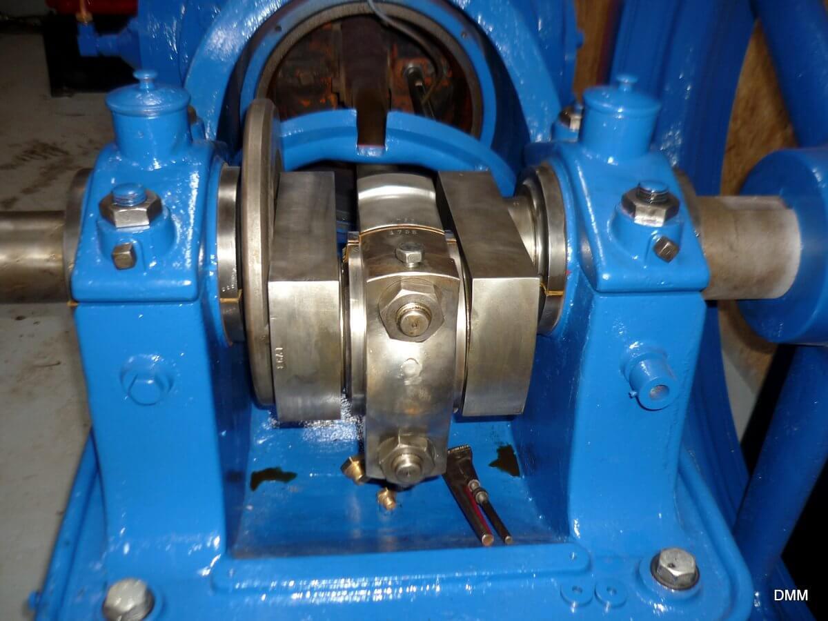 Et billede af kompressorens krumtap og plejlstang i det åbne krumtaphus.