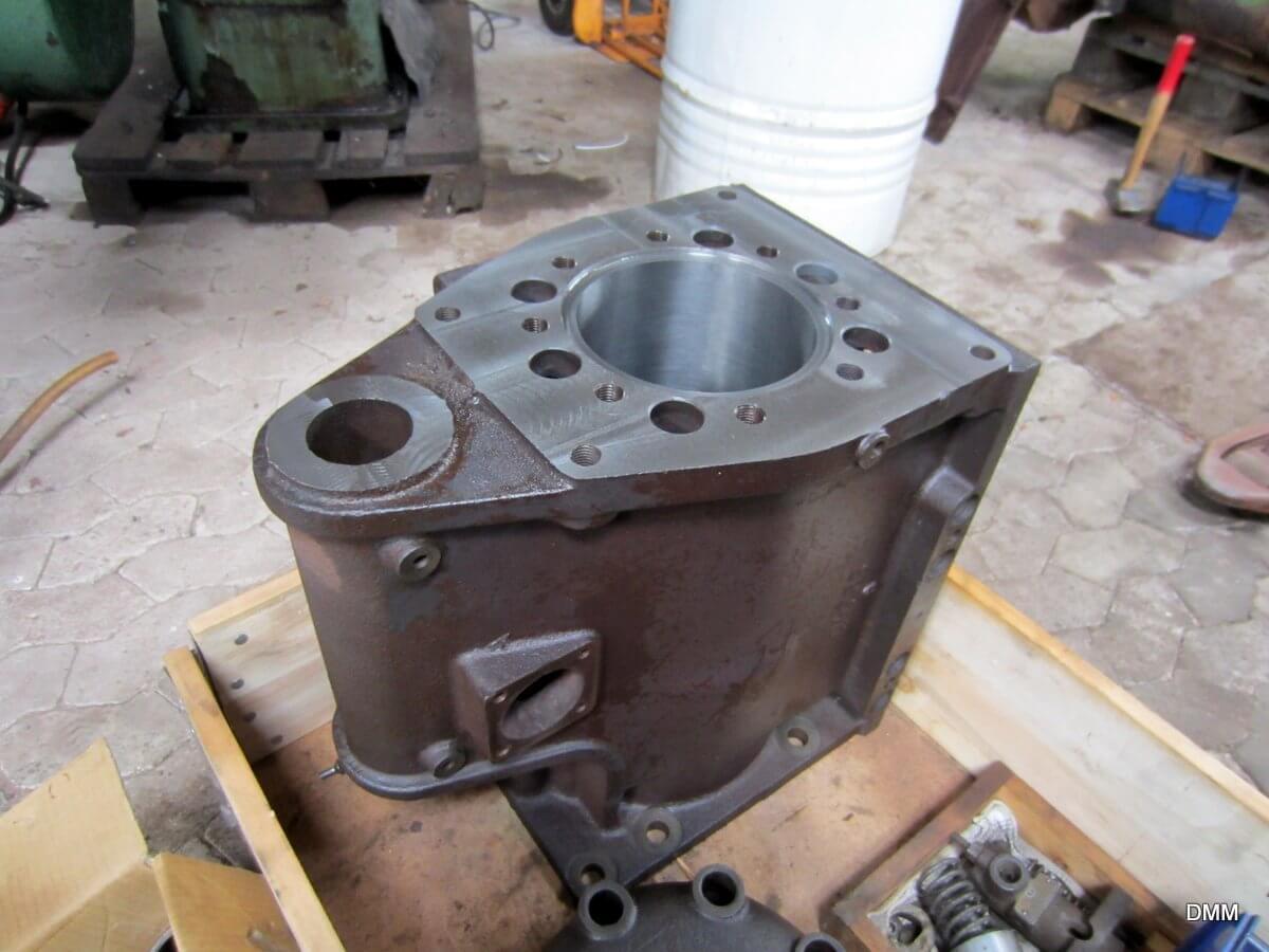 Cylinderen er renoveret. Foringen er boret ud til en større diameter. Ny tør foring er presset i og boret ud til en diameter, der er lidt mindre end den oprindelig. Det giver mulighed for at renovere stemplet, som sletdrejes til en diameter, der passer til den nye foring.