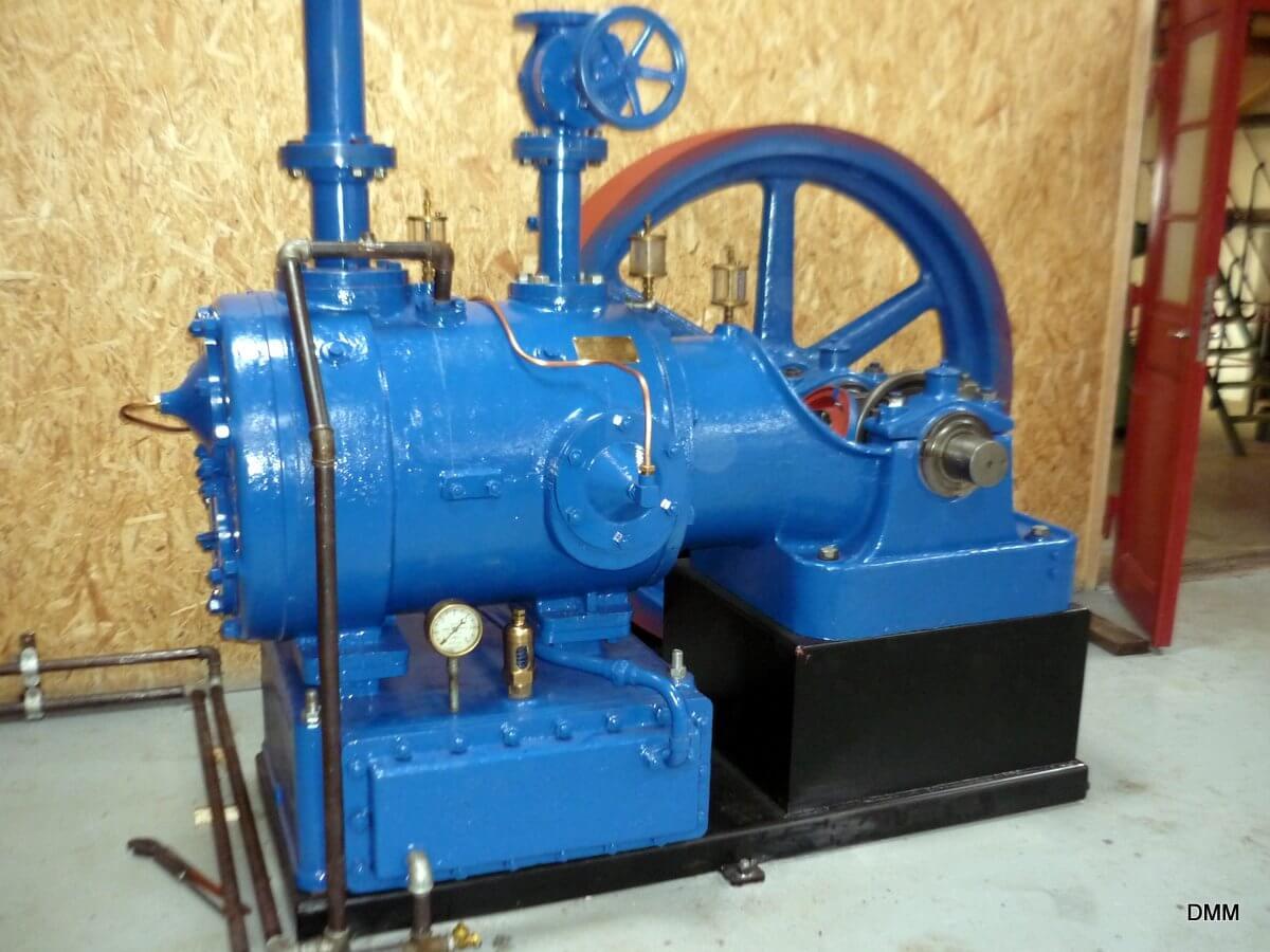 Kompressoren er flyttet fra værkstedet til udstillingen. Her skal den drives af en Bukh diesel nr. 5288, som tidligere er renoveret på værkstedet.